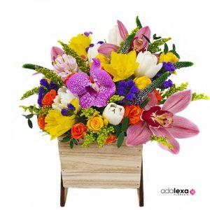 w spring color in vas lemn 300x300 - Acasă - Florarie Online Curtea de Arges